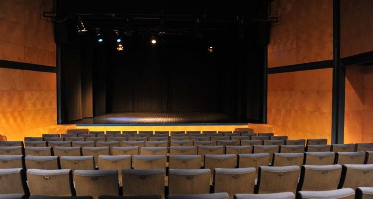 713d3bbe1 Ao atribuir este nome ao Auditório, a autarquia teve por objetivo prestar  uma homenagem ao ator de teatro, cinema e revista que, durante vários anos,  ...